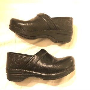 DANSKO BLACK TOOLED CLOG 37